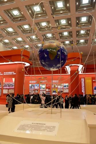 """在展览会中展出的""""北斗卫星导航系统""""的模型。(《芝加哥华语论坛》/张大卫 摄)"""
