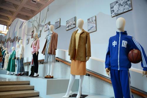 不同时期的不同服装式样和风格,从一个侧面反映了人民生活的变迁和时尚潮流。(《芝加哥华语论坛》/张大卫 摄)
