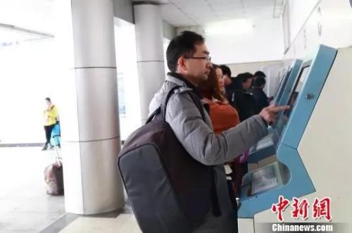 资料图 旅客自助打印车票