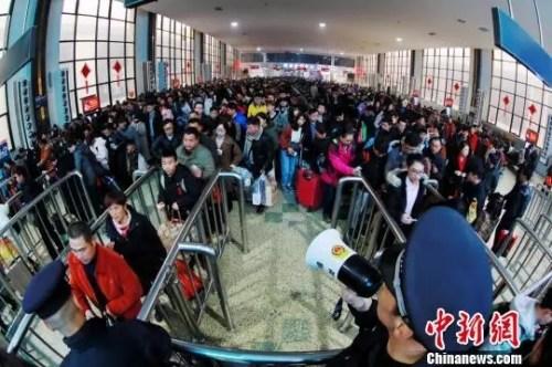 资料图 旅客在人工窗口前排队