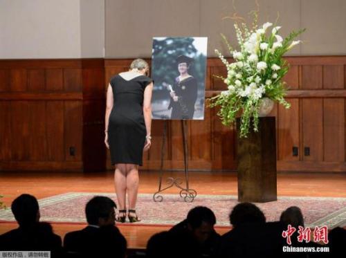 当地时间2018-12-13,美国加州,南加州大学学生悼念遇袭身亡的中国留学生纪欣然,纪欣然父母向出席悼念仪式的学生鞠躬致意。涉嫌袭击纪欣然的4名青年被指控一级谋杀的罪名。