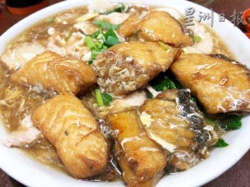 猪仔鱼肉炒大板。(马来西亚《星洲日报》)