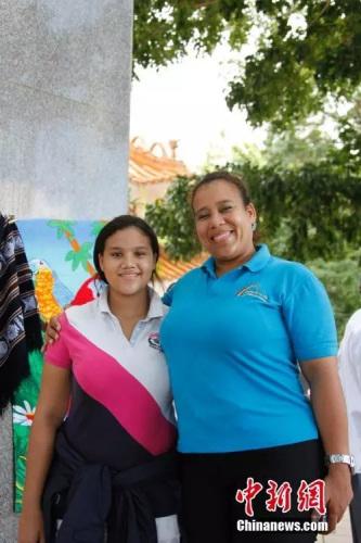 原料图:当地导游娜依(右)和她的女儿阿丽桑德拉也有华人血统。阿丽桑德拉的曾祖父便是华人。余瑞东 摄