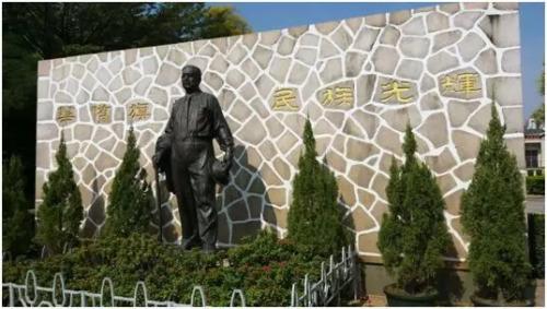 归来堂前的陈嘉庚先生雕像。 梁异 供图