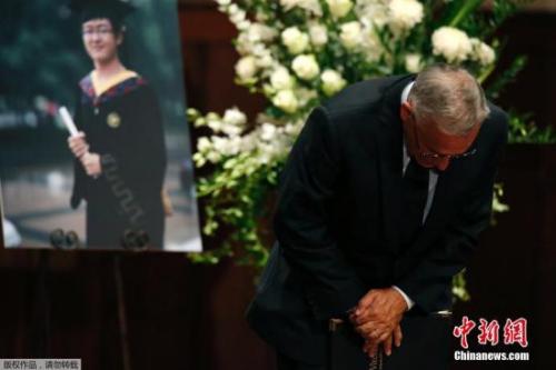 当地时间2014年8月1日,美国加州,南加州大学学生悼念遇袭身亡的中国留学生纪欣然,纪欣然父母向出席悼念仪式的学生鞠躬致意。涉嫌袭击纪欣然的4名青年被指控一级谋杀的罪名。