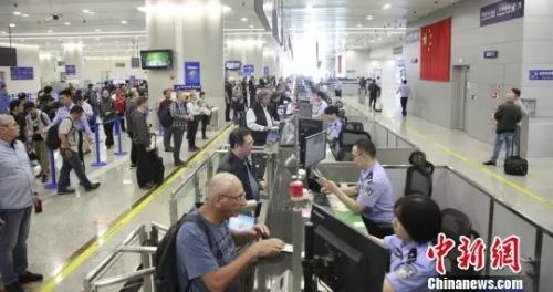资料图:国庆长假上海口岸出入境总人数逾80万余人次。 芊烨 摄