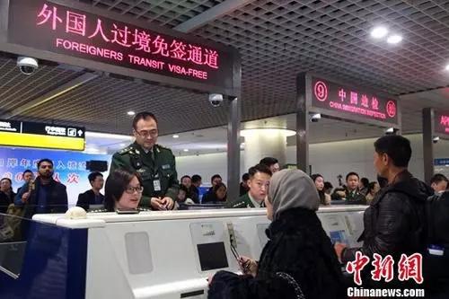 资料图:成都双流国际机场边检民警为入境旅客办理通关手续。<a target='_blank' href='http://www.chinanews.com/'>中新社</a>记者 王磊 摄