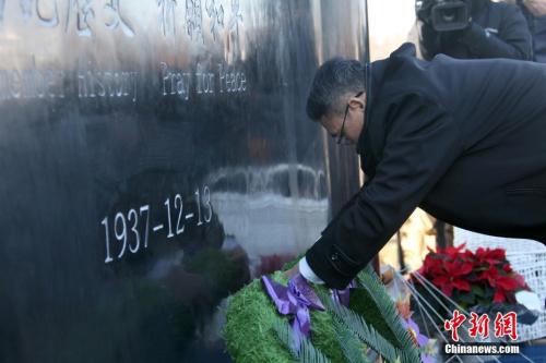 图为中国驻多伦多总领事韩涛向纪念碑献花。中新社记者 余瑞冬 摄