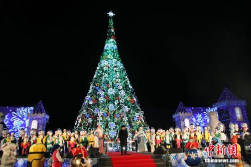 资料图:25米圣诞树,被数百件圣诞礼物和彩灯点缀。 <a target='_blank' href='http://www.chinanews.com/'>中新社</a>发