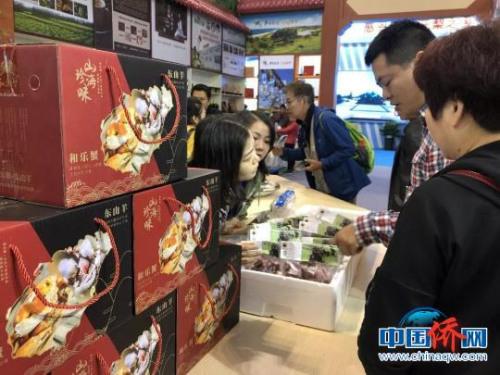 """万宁多种特色产品在""""冬交会""""上亮相,吸引了市民游客采购。 吴小静 摄"""