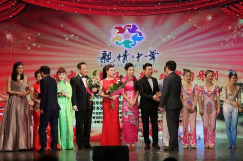 演出完毕后安徽侨联主席吴向明先生,中国驻匈牙利大使馆领事部主任李克震先生与演员们亲切握手。