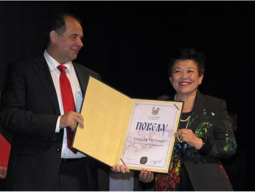"""2016年10月8日,怡海集团董事局主席王琳达获得塞尔维亚授予了""""终身成就奖"""",这也是当地政府首次将最高荣誉表彰颁发给外国人,是中国企业家第一人。受访者供图"""