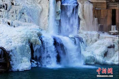 甘肃飞流直下的冰瀑。武雪峰 摄