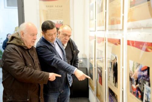 米兰浙江华侨华人联谊会秘书长胡志炼向意大利观众介绍图片历史背景。(图片来源:欧联网)