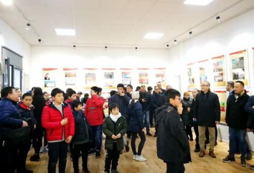米兰中文学校学生参观图片展。(图片来源:欧联网)
