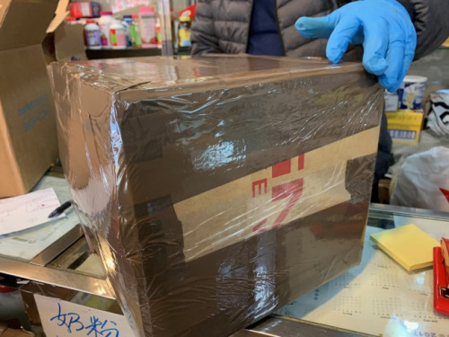 业者近日忙于打包民众包裹,争取在农历新年之前将礼物邮寄回国。(美国《世界日报》/赖蕙榆 摄)