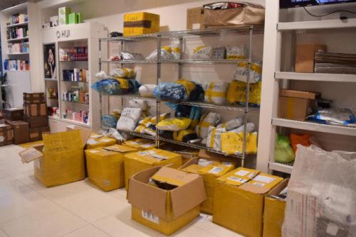 不少包裹摆放在快递公司门店等着处理。(美国《世界日报》/颜洁恩 摄)