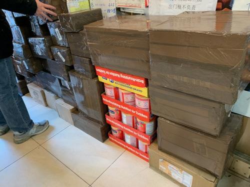 为赶上节日送礼,快递业者表示货物皆须在月底前发出。(美国《世界日报》/赖蕙榆 摄)