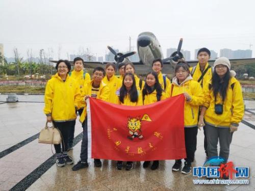 12月25日,海外华裔青少年及领队在美国飞虎队桂林遗址公园内,一架C-47飞机前合影。 欧惠兰 摄