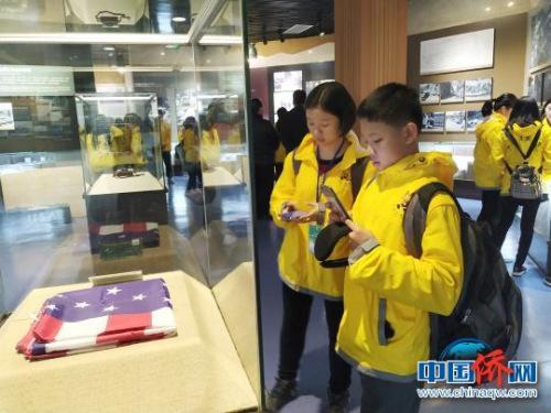 12月25日,海外华裔青少年参观美国飞虎队桂林纪念馆,感受飞虎队在桂林的抗日史实。 欧惠兰 摄