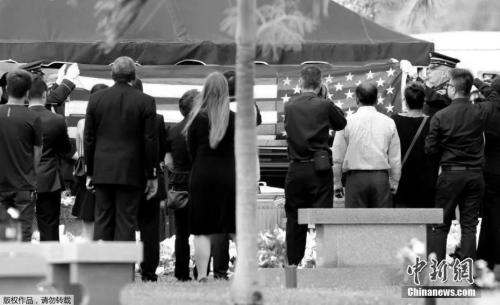 当地时间2月20日,美国佛罗里达州国民警卫队以全军礼规格安葬华裔少年王孟杰。