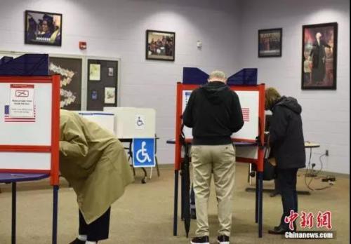 选民在投票点投票。中新社记者 邓敏 摄