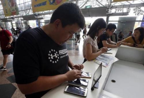 有人甚至自备4部手机及平板电脑,尝试上网抢购电动火车回乡票。(马来西亚《星洲日报》)