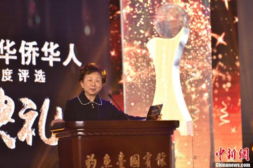 图为评委代表加拿大《加中时报》创办人林蔡亮亮女士,宣布揭晓十大新闻评选结果。中新社记者 翟璐 摄