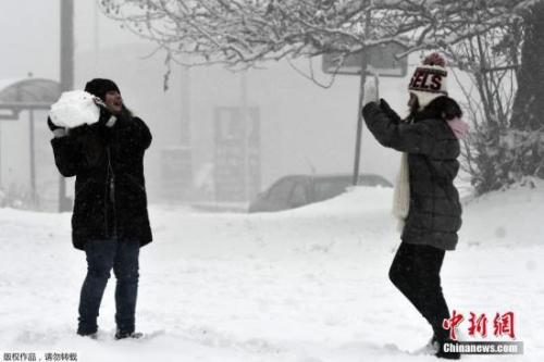 当地时间2019年1月3日,欧洲多地迎来降雪天气。图为希腊民众在街头打雪仗。