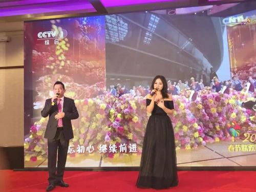 戴安友与专业歌手演唱了《不忘初心》,表达了对祖国的祝福(欧洲时报记者 孔帆 摄)