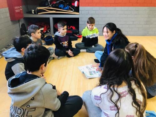 志愿者覃步宇和学生做游戏。(欧洲时报通讯员秦乐乐 摄)