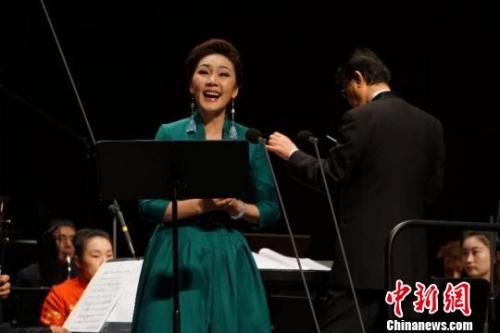 1月7日晚,《李焕之百年诞辰纪念音乐会》在福州福建大剧院举行。图为当晚,著名歌唱家方琼演唱李焕之先生创作的声乐作品。 陈恭 摄