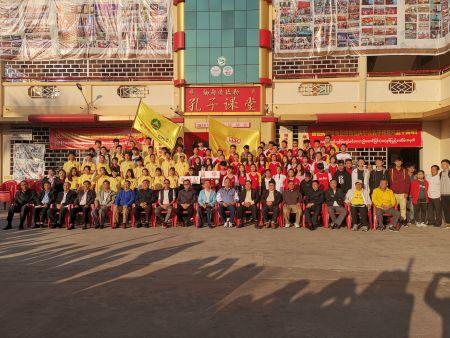 王宗颖总领事及侨领们与参加运动会的昌华国际学院新世纪学校的学生们合影