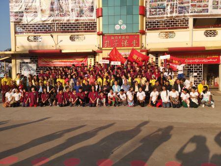 宗颖总领事及侨领们与参加运动会的福庆学校各大学教学点的学生们合影