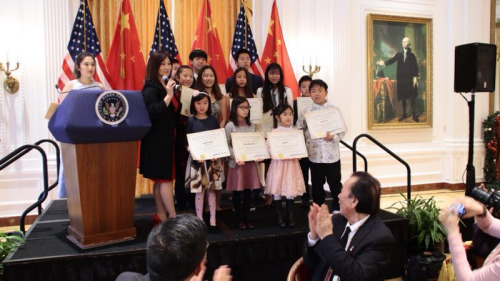 获奖华裔青少年合影。
