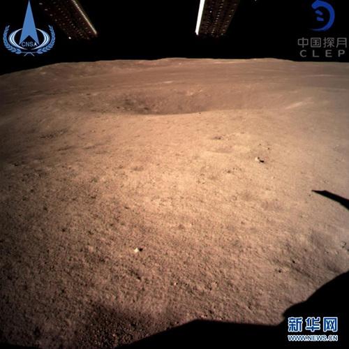 图片为嫦娥四号着陆器监视相机C拍摄的着陆点南侧月球背面图像,巡视器将朝此方向驶向月球表面。新华社发(国家航天局 供图)