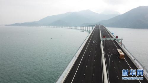 2018年10月24日,港珠澳大桥正式通车,车辆行驶在港珠澳大桥上(无人机拍摄)。新华社记者 吕小炜摄