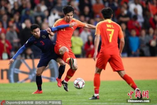 当地时间1月20日,中国男足在亚洲杯1/8决赛中迎战泰国队。上半场泰国队素巴猜率先破门,国足在下半场5分钟之内由肖智和郜林连入两球完成逆转,从而以2:1战胜对手晋级8强。晋级八强后,国足将于北京时间25日凌晨0:00迎来1/4决赛的考验,对手是伊朗和阿曼之间的胜者。图为中国队蒿俊闵与泰国队提拉通·汶马探在抢球。图片来源:Osports全体育图片社