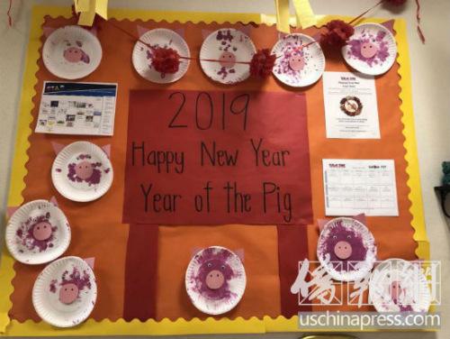 西米谷幼儿园小朋友制作的猪年手工装饰。(美国《侨报》/翁羽 摄)