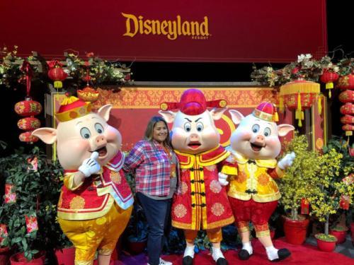 三只小猪和游客合影.(图片来源:美国《世界日报》记者 张宏 摄)