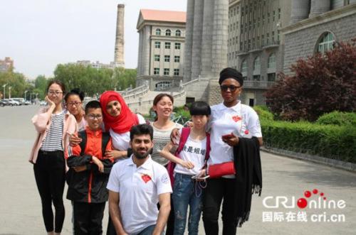 尤金妮亚(右一)与吉林大学留学生社会福利协会iCare合影。