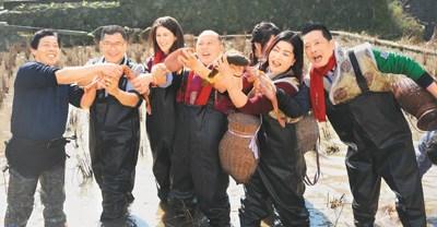 抓田鱼活动吸引了不少外国友人的注意。大家纷纷换上装备,感受一番抓田鱼的乐趣。