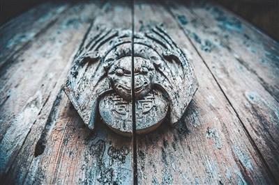 文昌铺前镇中台村,古民居大门上的雕刻。
