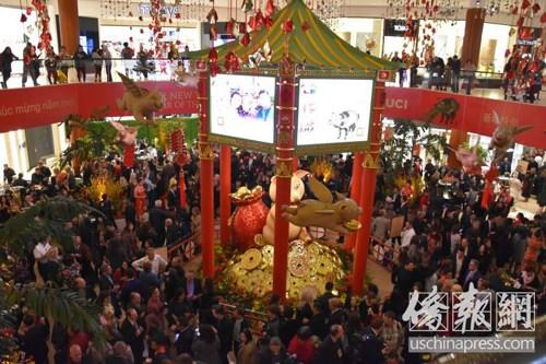 南海岸广场庆祝中国年开幕仪式现场。侨报记者尚颖摄