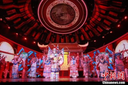 """""""四海同春""""2019全球华侨华人春节大联欢录制现场的戏曲表演。"""