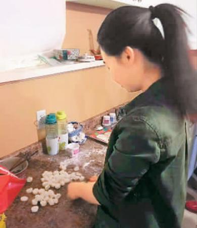 马文静在包饺子。