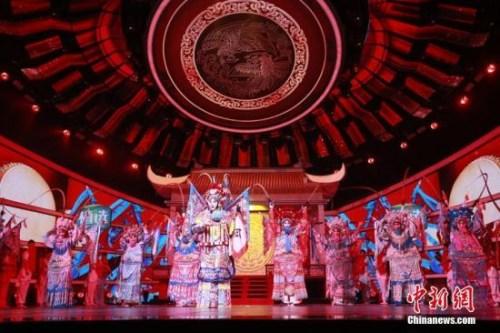 """图为""""四海同春""""2019全球华侨华人春节大联欢录制现场的戏曲表演。"""