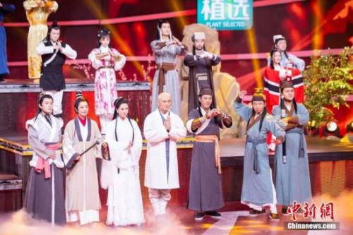 """图为众多知名演员亮相""""四海同春""""2019全球华侨华人春节大联欢录制现场。"""