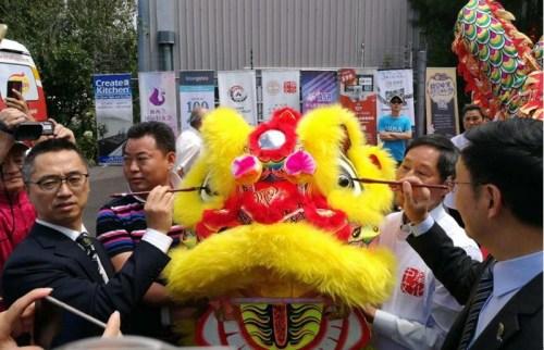 中国驻奥克兰副总领事肖业文与华人国会议员杨健博士为舞龙点睛。(新西兰中华新闻社/孙学良 摄)