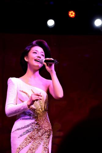 """桐瑶在演唱""""漫步人生路""""。(《芝加哥华语论坛》报/张大卫 摄)"""